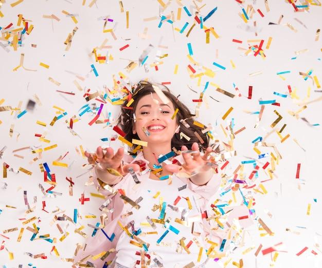 La mujer joven alegre está estirando hacia fuera sus manos. Foto Premium