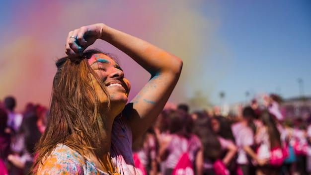 Mujer joven alegre en festival holi Foto gratis