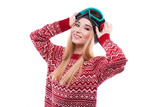 Mujer joven atractiva en jersey rojo y gafas de esquí azules Foto Premium