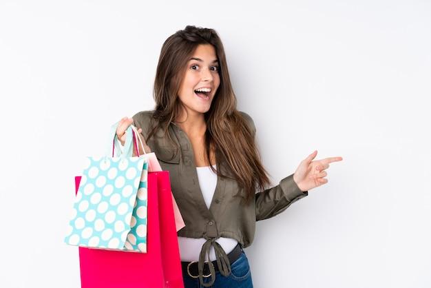 Mujer joven con bolsas de compras Foto Premium