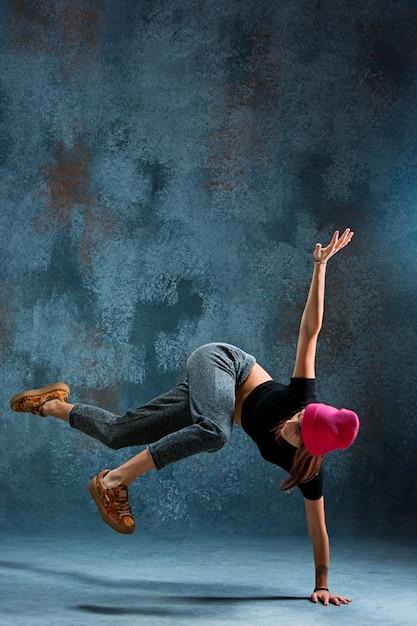 Mujer joven break dance. Foto gratis