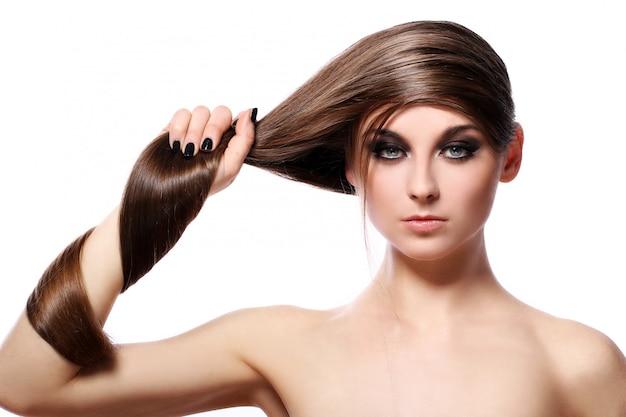 Mujer joven con un cabello hermoso Foto gratis