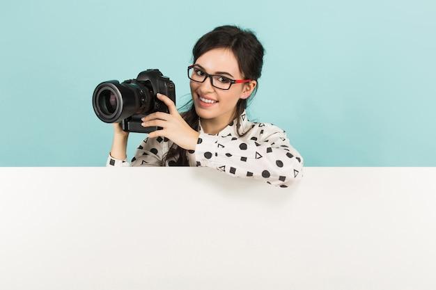 Mujer joven, con, cámara Foto Premium