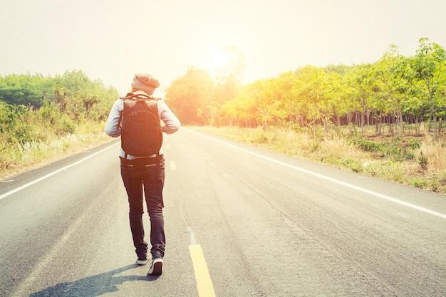 Mujer joven caminando con su mochila Foto gratis