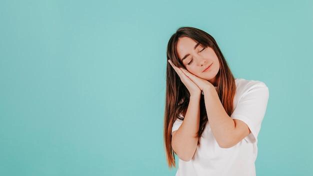 Mujer joven en camiseta blanca durmiendo Foto gratis