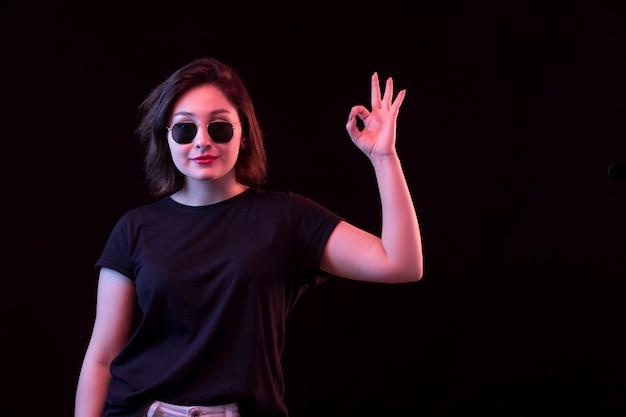 Mujer joven con camiseta negra Foto gratis