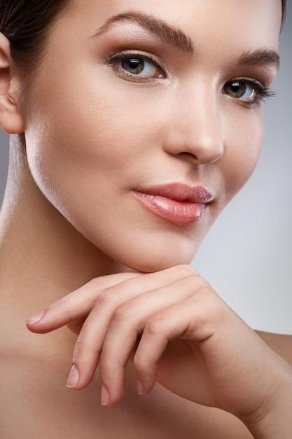 Mujer joven con cara bonita y piel suave Foto Premium