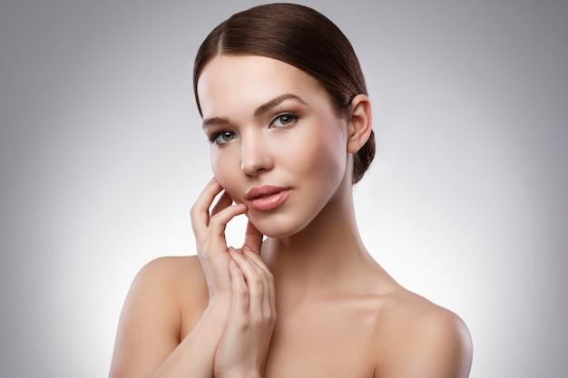 Mujer joven con cara bonita Foto Premium