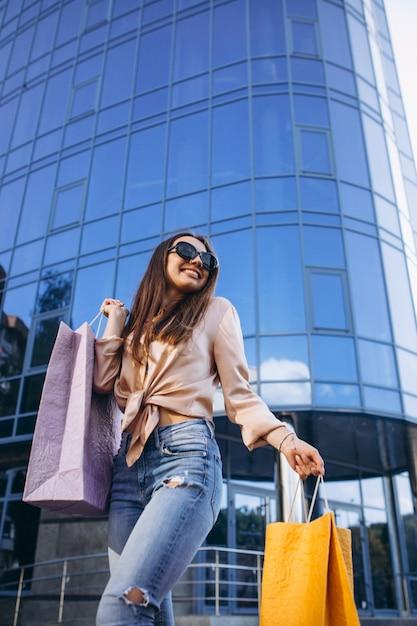 Mujer joven por el centro comercial Foto gratis