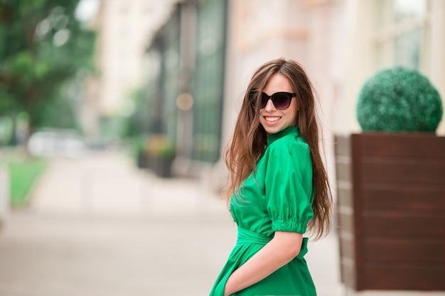 Mujer joven en la ciudad Foto Premium