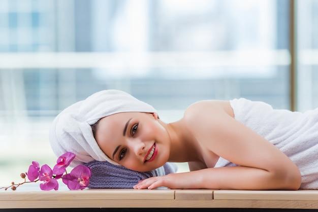 Mujer joven en concepto de spa Foto Premium