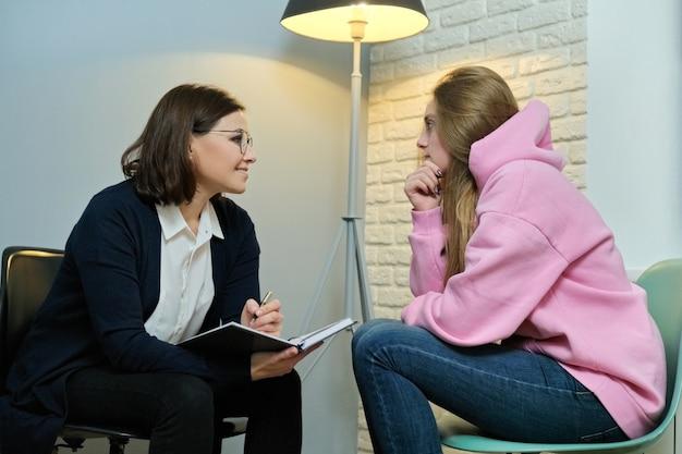 Mujer joven en consulta con psicólogo especialista. Foto Premium