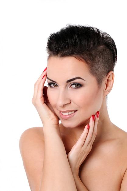 Mujer joven con corte de pelo y maquillaje de noche Foto gratis