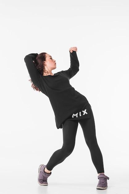 5b20e1720 Mujer joven delgada bailando hip hop contra el fondo blanco Foto gratis