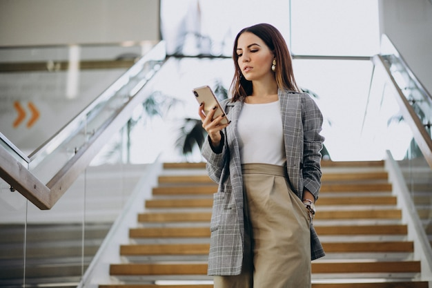 Mujer joven dentro del centro de negocios. Foto gratis