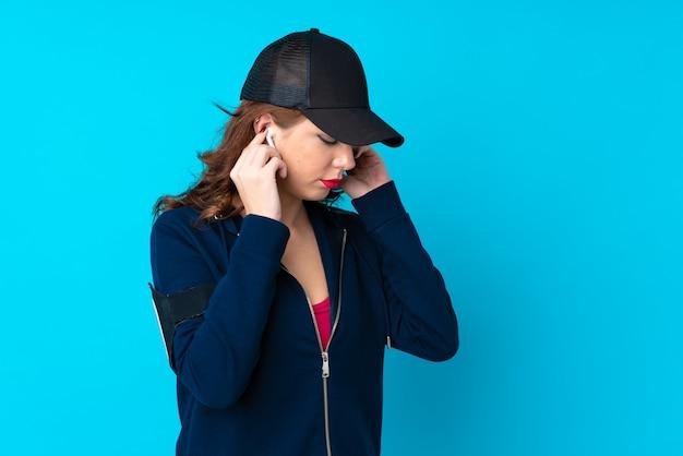 Mujer joven deporte sobre pared aislada Foto Premium