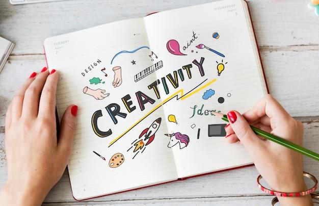 Mujer joven dibujando creatividad en un cuaderno Foto Premium