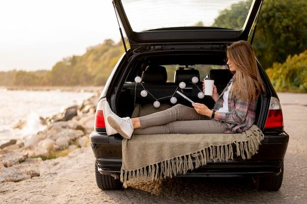 Mujer joven disfrutando de viaje por carretera Foto gratis