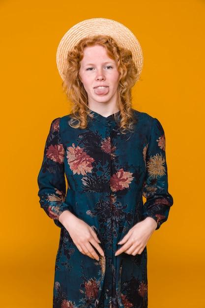 Mujer joven divertida del jengibre que hace caras Foto gratis