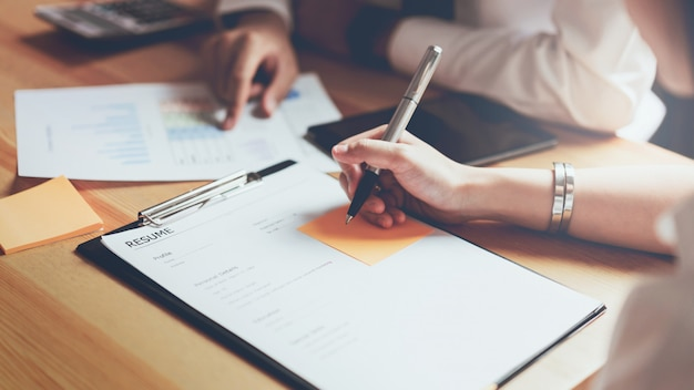 Mujer joven enviar empleador de curriculum vitae para revisar la solicitud de empleo. Foto Premium
