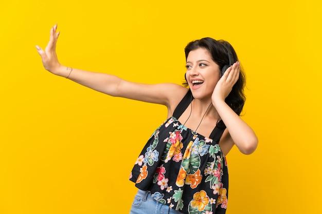 Mujer joven, escuchar música, con, auriculares Foto Premium