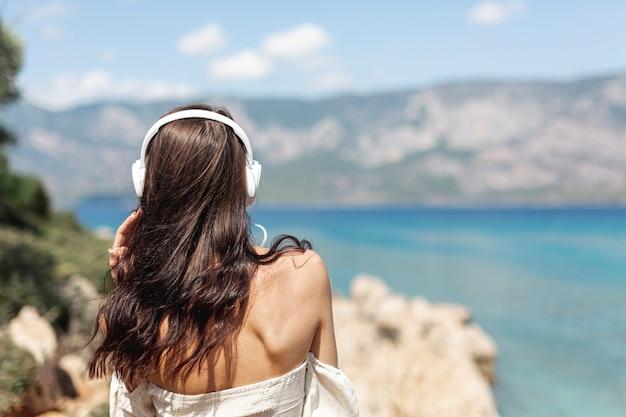 Mujer joven, escuchar música Foto gratis