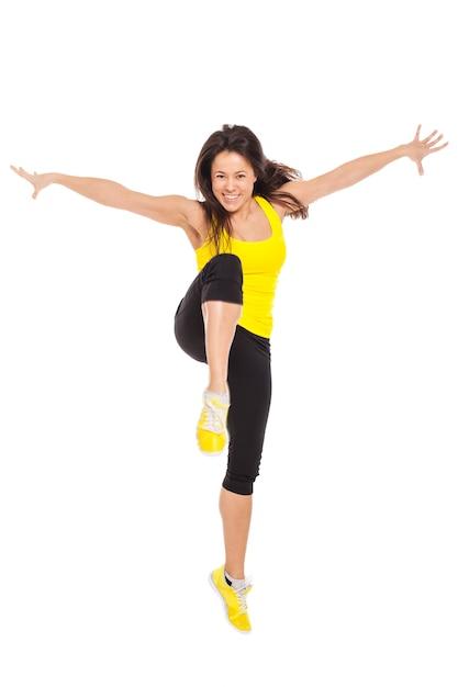Mujer joven feliz en ropa de fitness Foto gratis