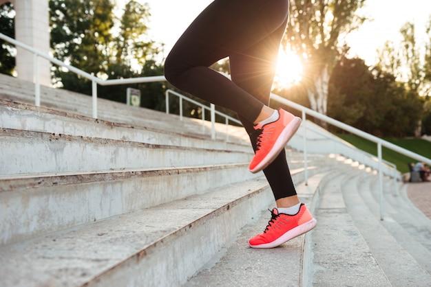 Mujer joven fuerte deporte corriendo Foto gratis