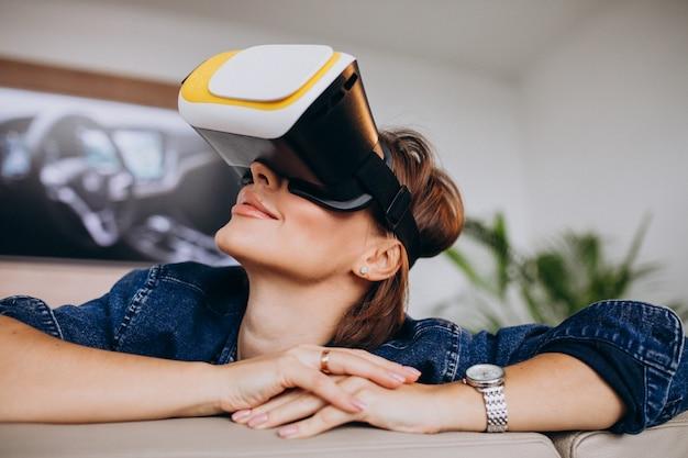 Mujer joven con gafas vr y viendo un juego virtual Foto gratis