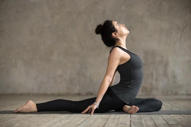 Mujer joven haciendo ejercicio sola paloma Foto gratis