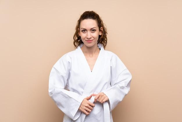 Mujer joven haciendo karate Foto Premium
