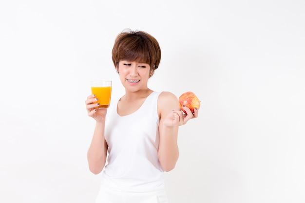 Mujer joven hermosa de asia con el alimento sano. concepto para la salud. Foto Premium