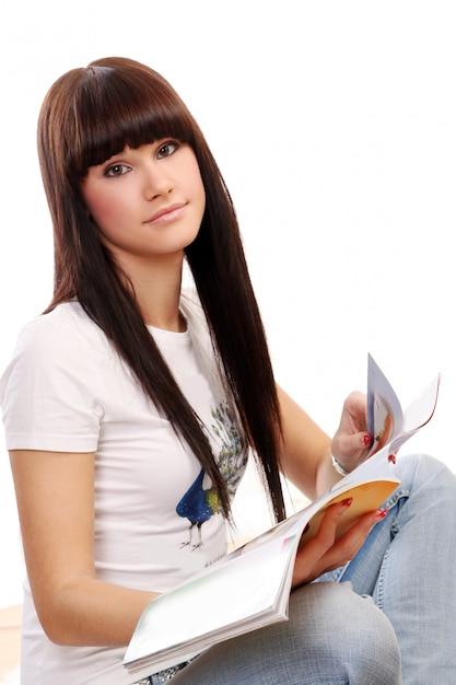 Mujer joven y hermosa en blanco Foto gratis
