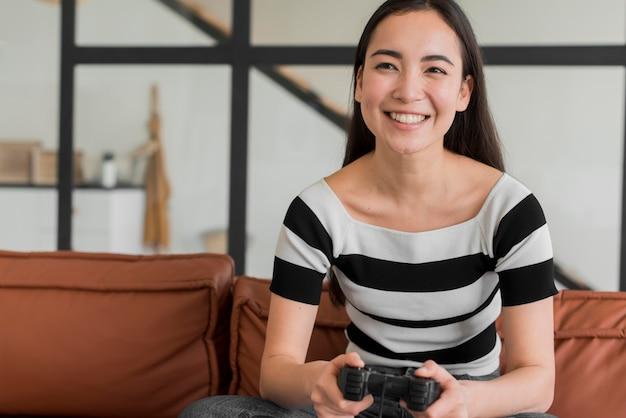 Mujer joven, juego, con, joystick Foto gratis