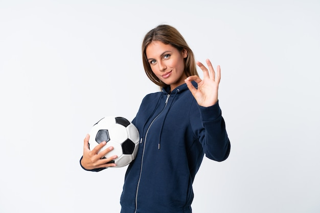 Mujer joven jugador de fútbol sobre blanco aislado Foto Premium