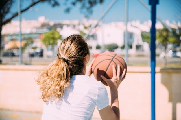 Mujer joven, jugar al básquetbol Foto gratis