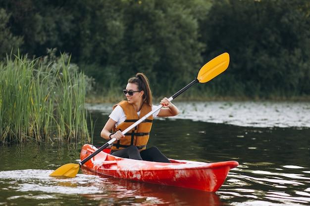 Mujer joven, kayak, en el lago Foto gratis