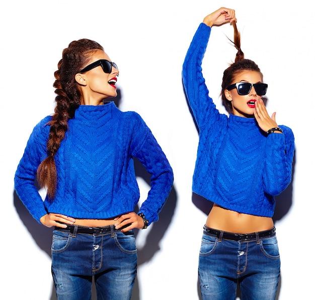 Mujer joven con labios rojos y suéter azul en gafas de sol Foto gratis
