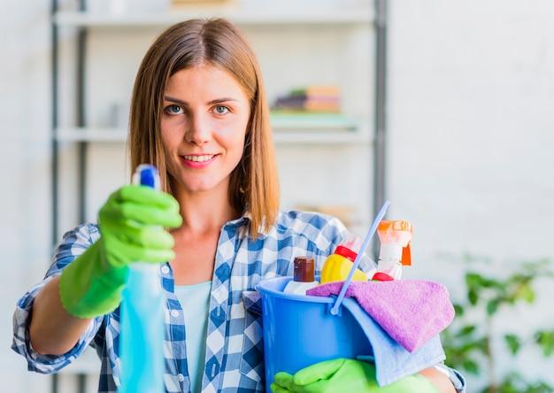 Mujer joven limpiando la casa Foto gratis