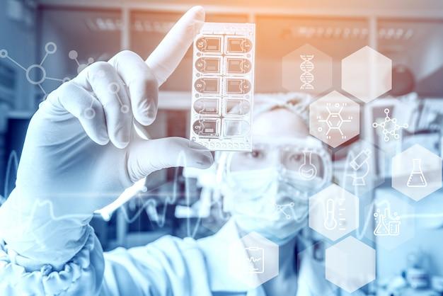 Mujer joven médico investigadores de atención médica que trabajan en el laboratorio de ciencias de la vida. Foto Premium