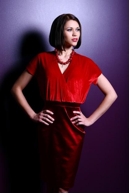Mujer joven de moda y glamour Foto gratis