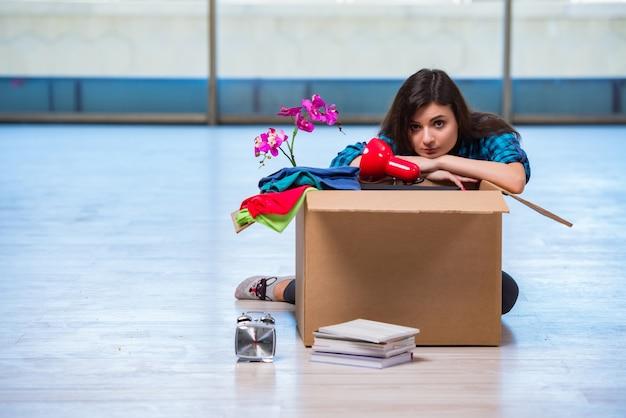 Mujer joven moviendo pertenencias personales Foto Premium