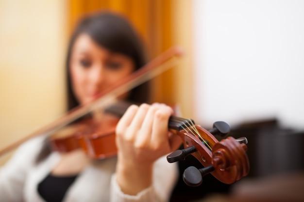 Mujer joven músico tocando su violín Foto Premium