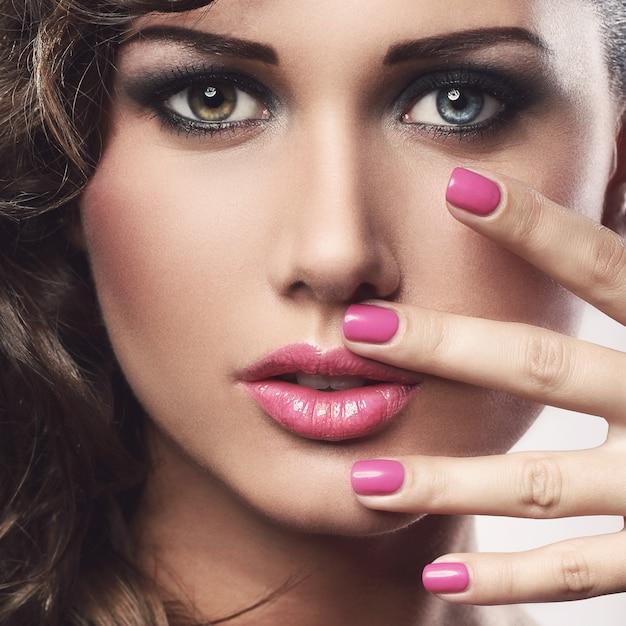 Mujer joven con ojos coloridos Foto gratis