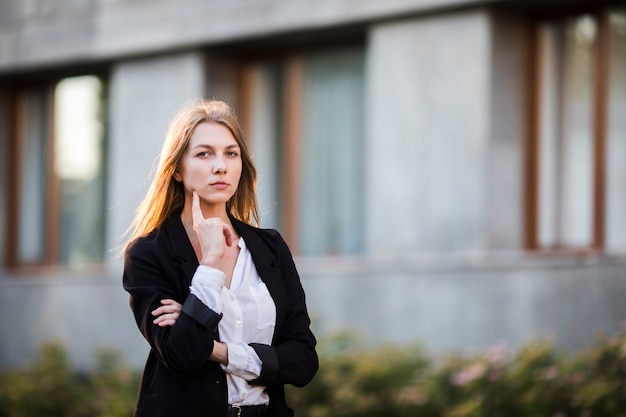 Mujer joven pensante tiro medio Foto gratis