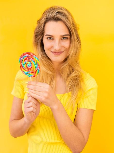 Mujer joven con piruleta Foto gratis