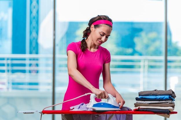 Mujer joven planchando ropa a bordo Foto Premium