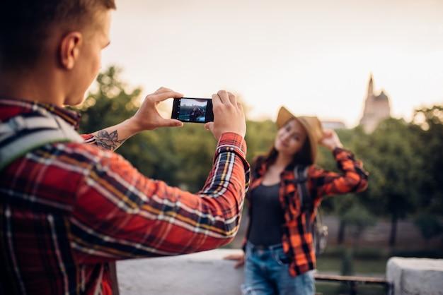 Mujer joven posa de excursión en la ciudad turística. senderismo de verano de pareja de amor. caminata aventura de hombre y mujer joven. Foto Premium