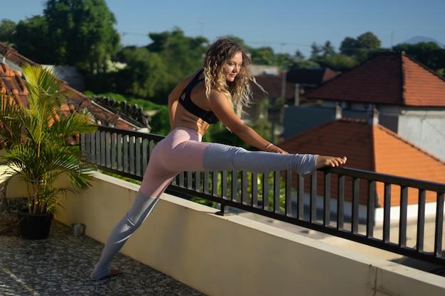 Mujer joven, practicar, yoga Foto gratis