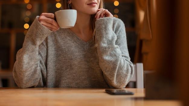 Mujer joven de primer plano con café Foto gratis